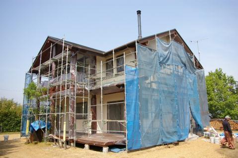 ポスト&ビームログハウス再塗装工事 ~スタッコフレックス・木部割れ補修~
