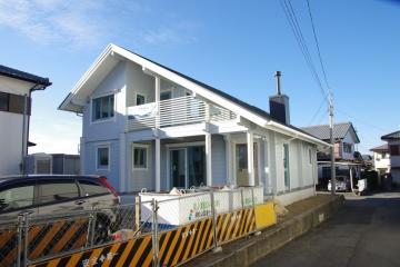 足場解体されるログハウス&いよいよログ積みがスタートするログハウス (新居浜市・松山市)