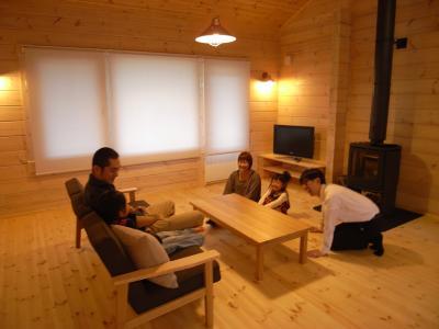 水辺に建つ北欧ログハウス 住宅雑誌取材/薪ストーブ火入れ式