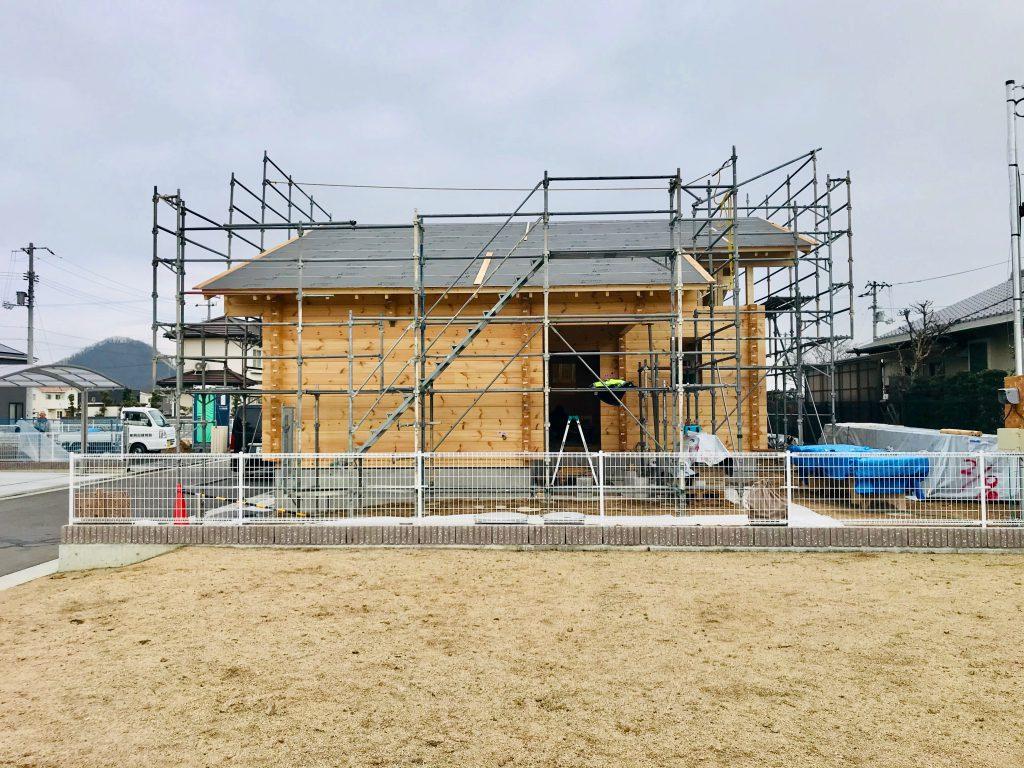 香川県高松市 大型分譲地のログハウス 北欧住宅新築工事  北欧製高気密・高断熱玄関ドア 木製トリプル