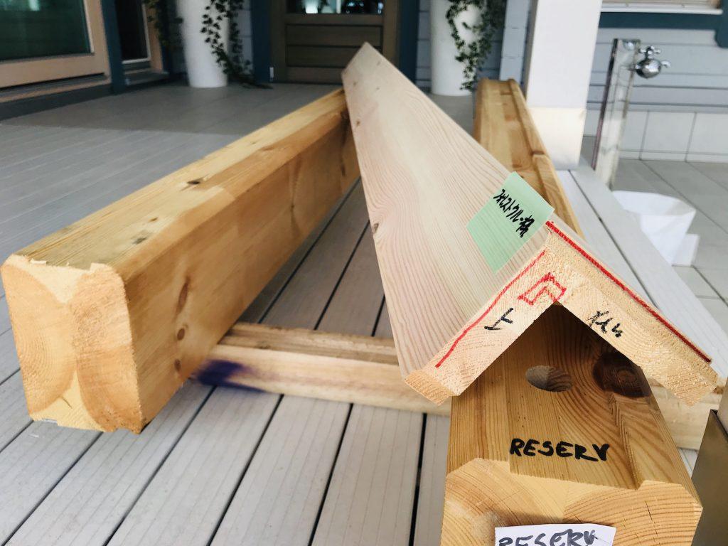 北欧ログハウスの内装材 ログ材を流用して「玄関カマチ」に再利用しています。