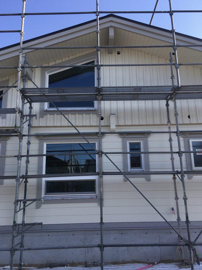 香川県高松市 大型分譲地のログハウス 北欧住宅新築工事 ログハウスの外壁 シックなアイボリーで組み合わせ!