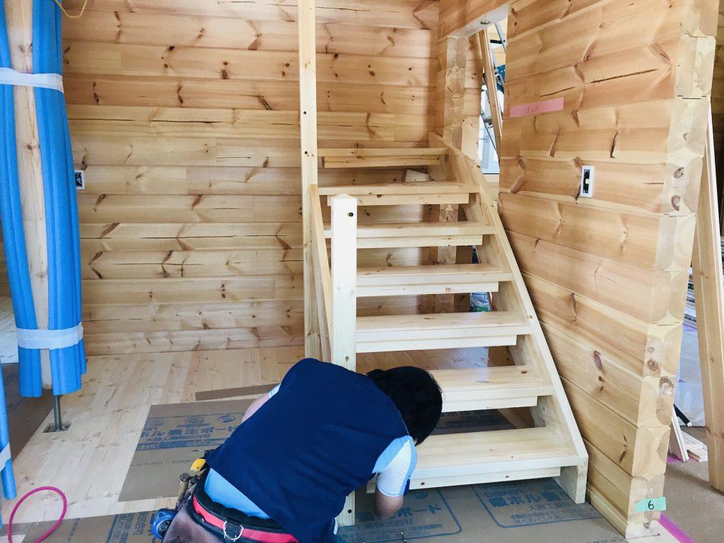 香川県高松市 大型分譲地のログハウス 北欧住宅新築工事 高品質木製階段取り付け作業