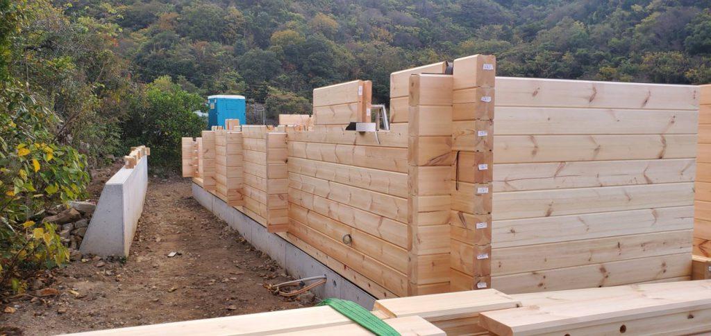 愛媛県今治市 しまなみ海道ログハウス 北欧フィンランドログハウス 下から1段1段丁寧に ログ組み上げ建築風景