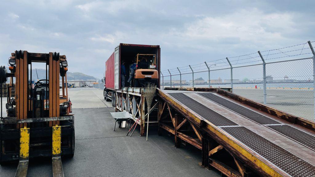 北欧から届いたコンテナ ログハウス資材の荷受け荷下ろし 現場への搬出準備