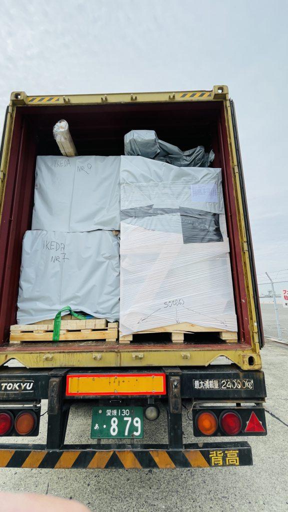 北欧コンテナ輸入 ログハウスキット荷下ろし 最長11.9mの木材
