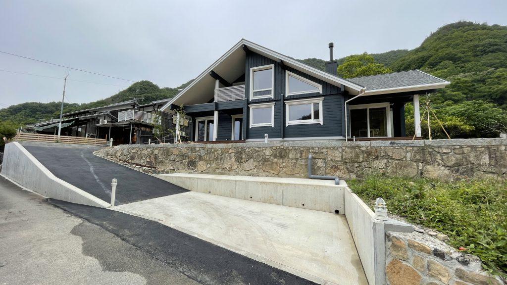 旧家をログハウスに建替え、田舎の土地を再生、安心・安全な暮らしの確保、狭くて細い進入路を拡張 ビフォーアフター