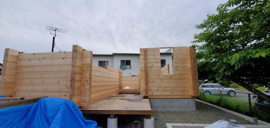 愛媛県大洲市 北欧フィンランドログハウス建築現場 log材の組み上げ