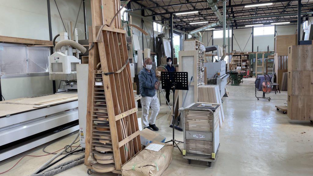 特別注文の家具のために家具工房見学