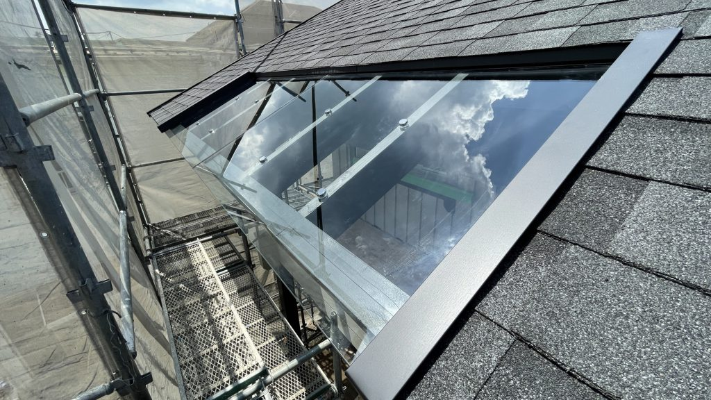 ガラスルーフ、ガラス屋根  大屋根の深い軒先を強化ガラス 彩光確保